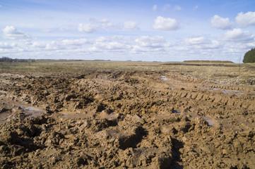 непролазная грязь весной в ясный солнечный день