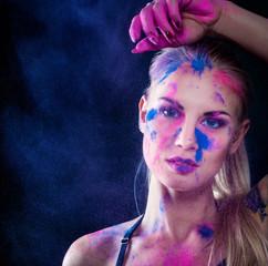 Buntes Make-up - Frau - Gesicht - Holi - Farben