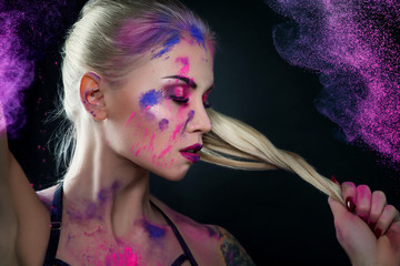 Buntes Make-up - Frau - Gesicht - Holi - Farben - kreativ - Pulver