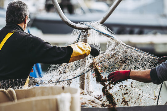 Pêcheurs en train de ranger leurs filets