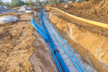 Baustelle und neu verlegte Wasserleitung in einem Baugebiet