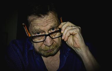 Uomo anziano con occhiali.