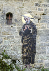 image de saint Gildas sur le mur en pierre de Chapelle Saint-Gildas, Bieuzy, Morbihan, Bretagne