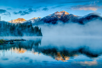 Tuinposter Canada Foggy Sunrise at Pyramid Lake in Jasper, Alberta, Canada