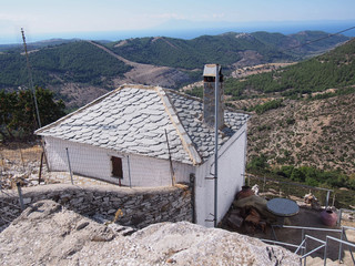 Stary opuszczony kamienny dom w wiosce Castro na greckiej wyspie Thassos