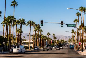 Straße mit Palmen in Palm Springs