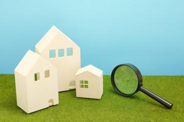 住宅と虫眼鏡