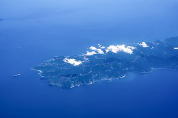 veduta dall'aereo del paesaggio con isole pianure e monti