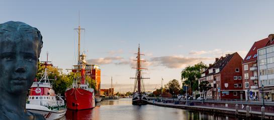 Emden am Delft mit abendstimmung und Jantje Vis