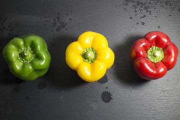 Tre peperoni colorati