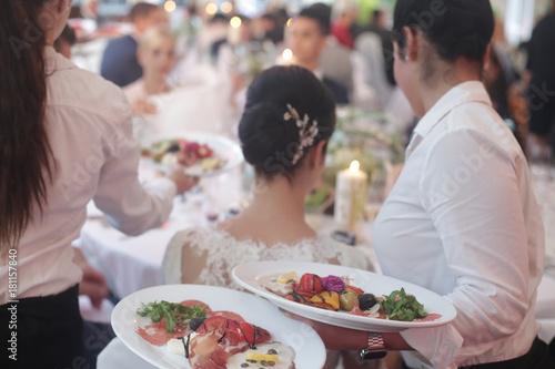 Bei Einer Hochzeit Wird Das Essen Serviert Stock Photo And Royalty