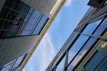Moderne Bürogebäude mit Glasfassade in der Innenstadt von Dresden