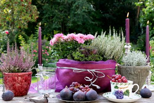 Herbstliche Tischdekoration In Silber Und Lila Stockfotos Und
