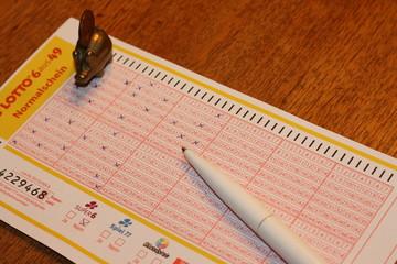lottoschein, lottozahlen, spielen, spielschein, kugelschreiber, glücksschwein