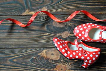 Czerwone buty w kropki do tańca flamenco