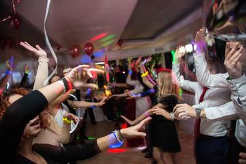 Obraz Persone che ballano durante una festa - fototapety do salonu