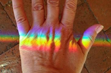 Regenbogen-Farbspektrum auf einem Handrücken