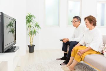 テレビを見るシニア夫婦