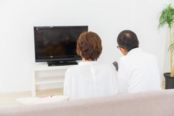 テレビを見るシニア夫婦 後ろ姿