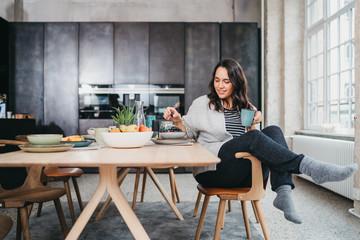 Junge Frau beim Frühstücken