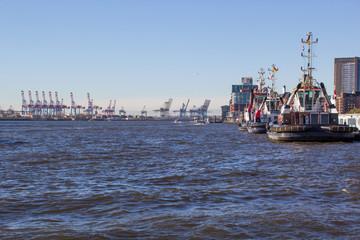 Wartende Schlepper im Hamburger Hafen