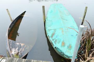 roeibootjes voor vissers aan de aanlegsteiger in de rivier de Oude IJssel