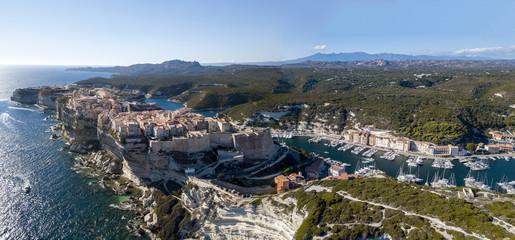 Vista aerea della città vecchia di Bonifacio costruita su scogliere di calcare bianco, falesie. Corsica, Francia. Stretto delle Bocche di Bonifacio che la separa la Corsica dalla Sardegna