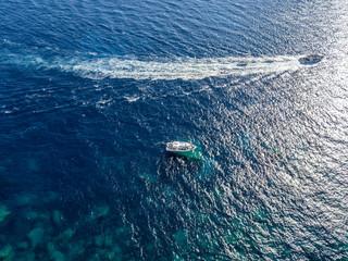 Vista aerea di barche ormeggiate che galleggiano su un mare trasparente. Immersioni relax e vacanze estive. Coste francesi, Corsica. Francia