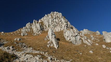Rocce e cielo azzurro in Grigna nelle Alpi di Lecco