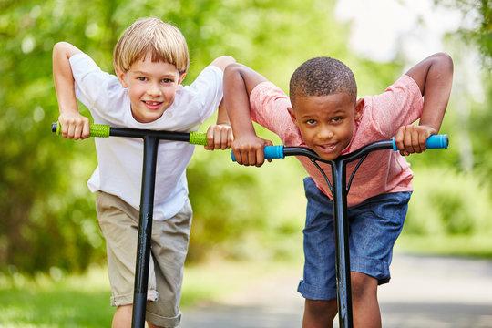 Zwei Jungen freuen sich auf Rennen