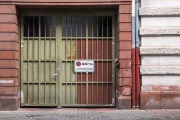 Einfahrt Hof Tor Parkplatz