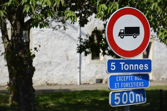 camions circulation taxe kilometres village route autoroute Wallonie commerce tonnes transport pollution CO carbonne carburant patron chauffeur routiers interdit