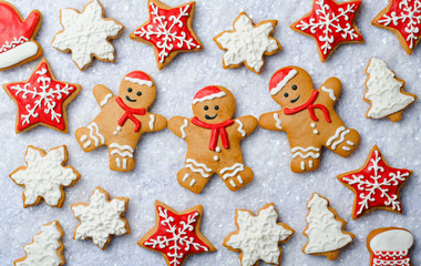 Foto op Aluminium Koekjes Christmas cookies Three Gingerbread Men cookie Decorated with Icing