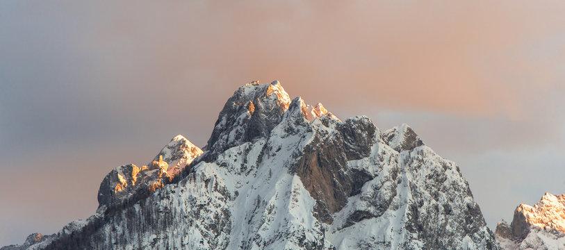 Letzte Sonnenstrahlen treffen auf Gipfel