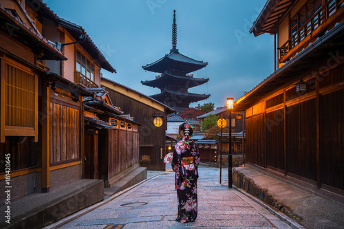 Wall mural Asian woman wearing japanese traditional kimono at Yasaka Pagoda, Kyoto, Japan