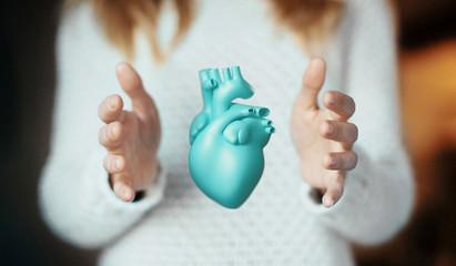 Cuore azzurro tra le mani, concetto di amore e salute