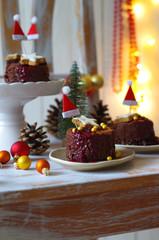 Mousse au Chocolat Törtchen mit Schokoladen-Haferflocken Boden, Preiselbeersauce und Dekoration (Zimtstern und goldene Zuckerperlen) zu Weihnachten
