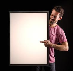Portrait eines Mannes der mit Finger auf eine Tafel zeigt