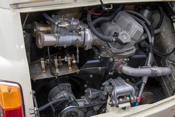 古い車のエンジンルーム engine compartment of a old vehicle