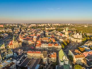 Krajobraz Lublina z lotu ptaka z widokiem na stare miasto, Katedrę, wieżę Trynitarską, bramę Krakowską i Ratusz.