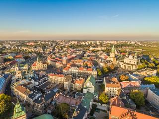 Fototapeta Krajobraz Lublina z lotu ptaka z widokiem na Katedrę, wieżę Trynitarską, Bramę Krakowską i Ratusz.