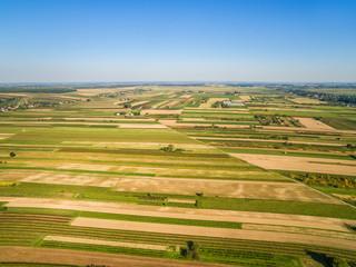 Krajobraz wiejski jesienią, pola uprawne widziane z lotu ptaka. Pola rozciągające się po horyzont.