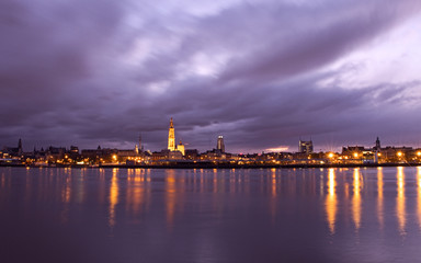 Stores à enrouleur Antwerp A cloudy, early morning in Antwerp. Nice reflection in the river Scheldt. A dreamy cityscape on Antwerp.