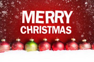 """Weihnachtskugeln im Schnee vor rotem Hintergrund mit """"Merry Christmas"""" Gruß"""