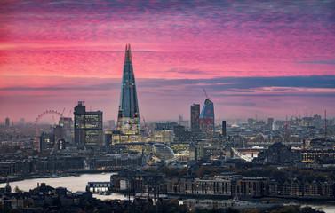 Fotomurales - Die moderne Skyline von London während eines intensiven Sonnenuntergangs