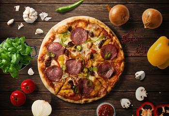 Pizza na drewnianym stole