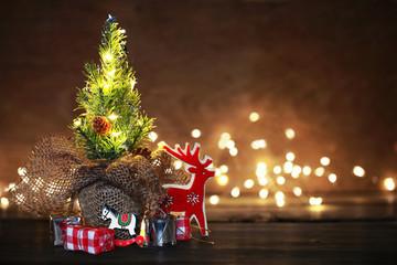 Weihnachtsbaum mit Geschenken auf Holz