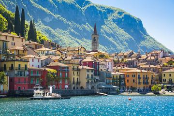 Photo sur Plexiglas Ville sur l eau Beautyful old town harbor in Italian city of Varenna
