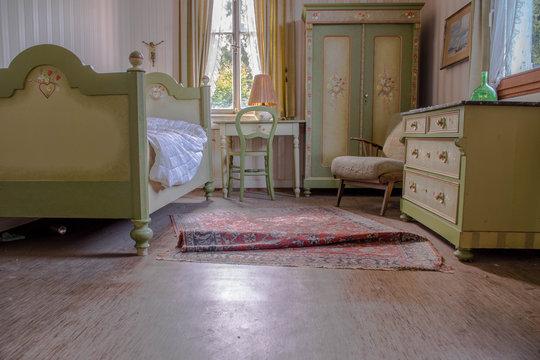 Ein ehemaliges Gästezimmer in einem verlassenen Hotel
