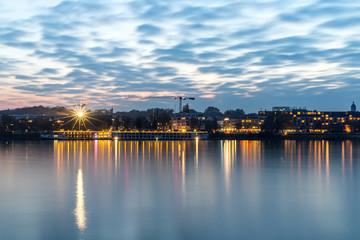 Rheinufer bei Mainz an einem Herbstabend